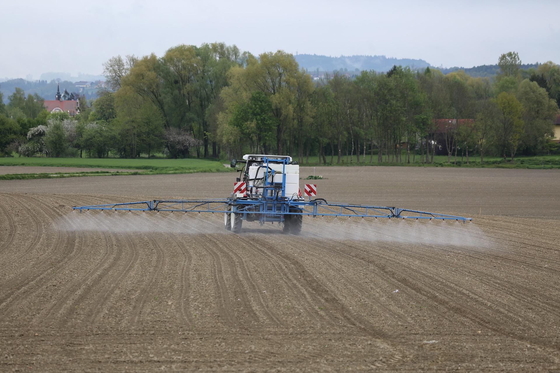 Traktor spreder pesticider. Aktivkul.dk